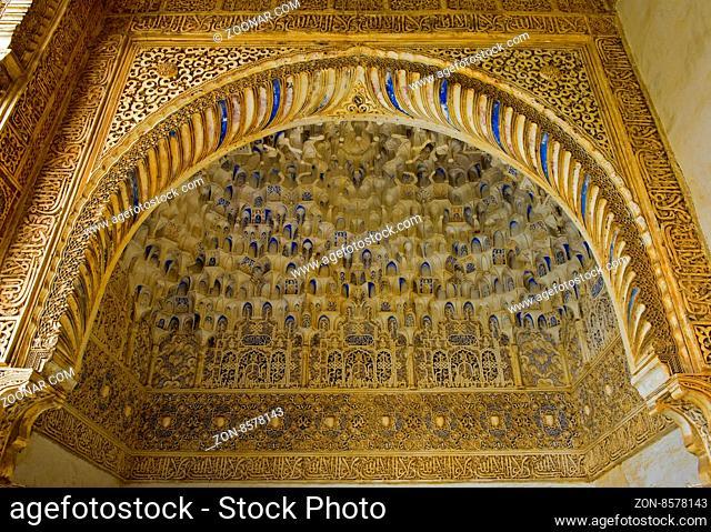 Details einer maurischen Mocárabe Dekoration, Hof der Myrten, Patio de los Arrayanes, Alhambra, Granada, Andalusien, Spanien / Moorish Mocárabe decoration