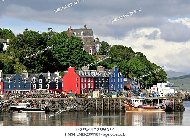 United Kingdom, Scotland, Isle of Mull, Tobermory, colorful houses and fishing boats in the harbor
