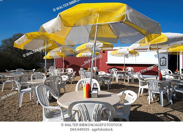USA, New York, Long Island, The Hamptons, Amagansett, outdoor seafood restaurant