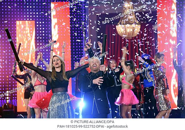 24 October 2018, Saxony, Leipzig: The presenters Mareile Höppner and Ross Antony sing together on the stage of the television recording of the big New Year's...