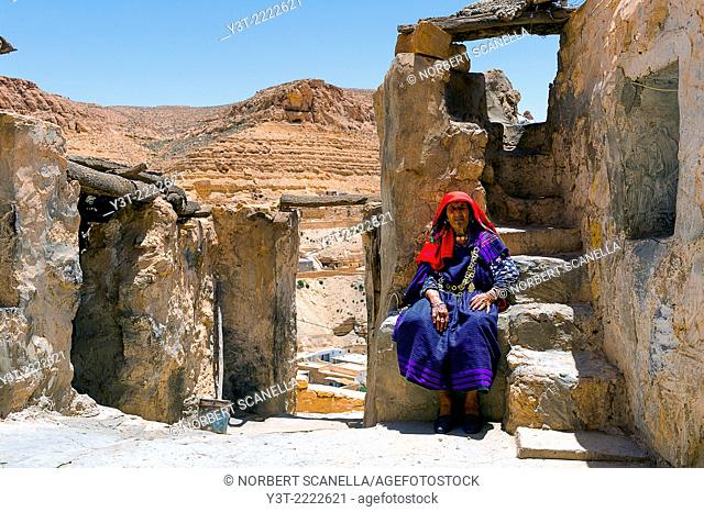 Africa, North Africa, Maghreb, South Tunisia, Governorat of Tataouine. Chenini. Old Berber woman on traditional costume at the troglodyte village of Chenini