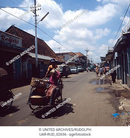 Unterwegs in den Staßen von Surabaya auf Java, Indonesien 1980er Jahre. On the way in the streets of Surabaya on the island of Java, Indonesia 1980s