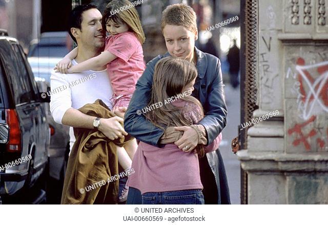 IN AMERICA / UK/IR 2002 / Jim Sheridan Johnny (PADDY CONSIDINE), Sarah (SAMANTHA MORTON), Ariel (EMMA BOLGER) und Christy (SARAH BOLGER) Regie: Jim Sheridan /...
