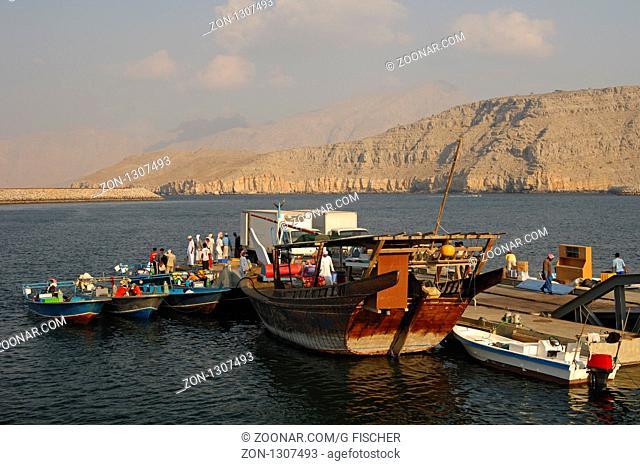 Dhau und Fischerboote im Hafen von Khasab, Musandam, Sultanat Oman / Dhow ship and fishing boats in the port of Khasab, Musandam, Sultanate of Oman