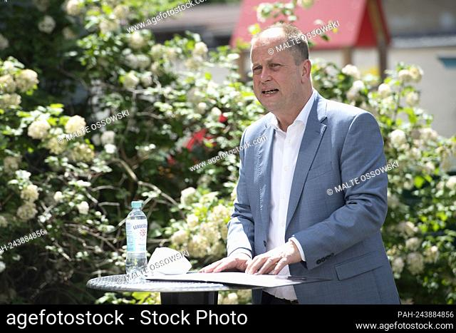 Dr. Joa? Chim STAMP, FDP, minister for children, fa? Mi? Lie, refugee lin? Ge and in? Te? Gra? Ti? On of the state of North Rhine-West? Fa? Len and positions?...