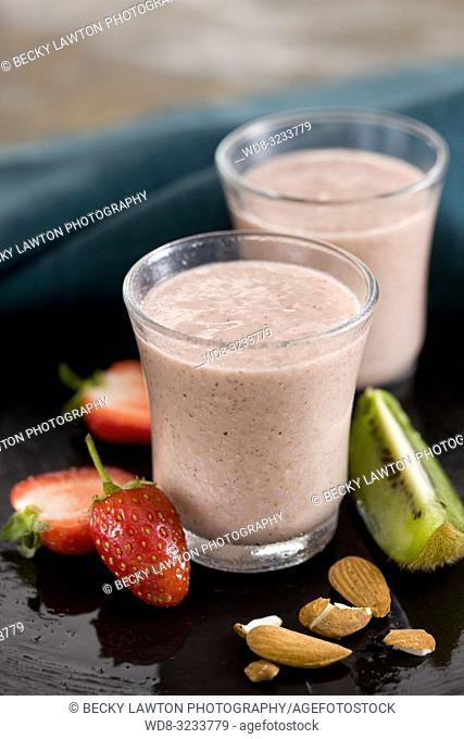 batido de kiwi, fresa, almendra y leche de soja
