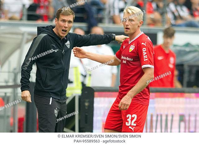 Trainer Hannes WOLF (li., S) gives Andreas BECK (S) Anweisungen, Anweisung, Fussball 1. Bundesliga, 7. Spieltag, Eintracht Frankfurt (F) - VfB Stuttgart (S) 2:1