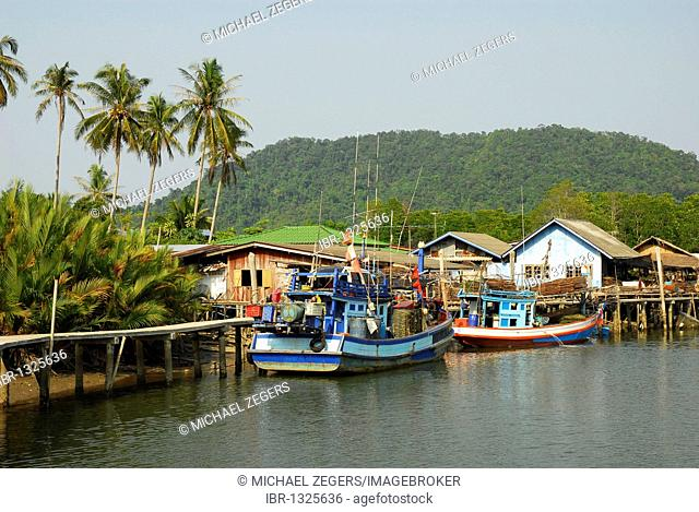 Fishing boat, village in the Salak Phet bay, Koh Chang Island, National Park Mu Ko Chang, Trat, Gulf of Thailand, Thailand, Asia