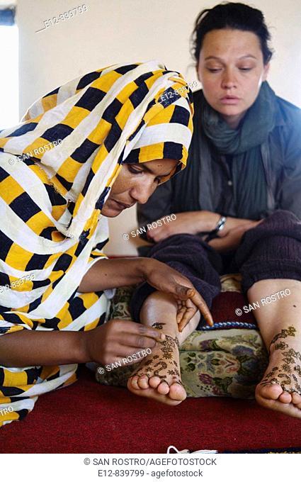Henna tattoo, Chinguetti. Adrar Plateau, Sahara Desert, Mauritania