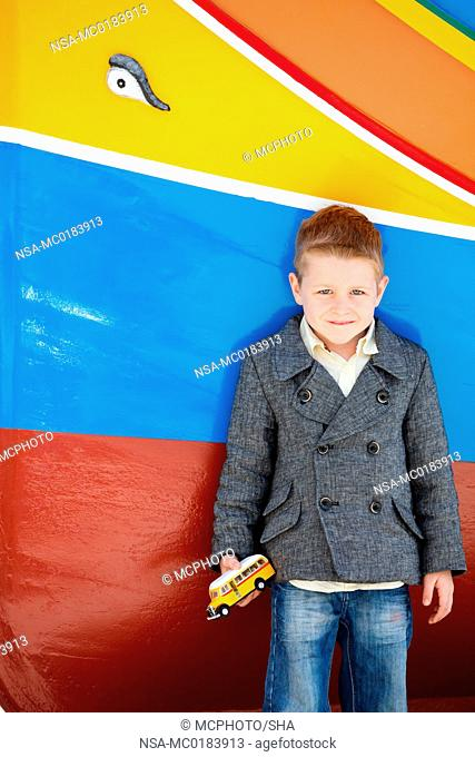 Junge in der Nähe von bunten Boot