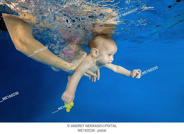 10 months girl to swim underwater in the pool