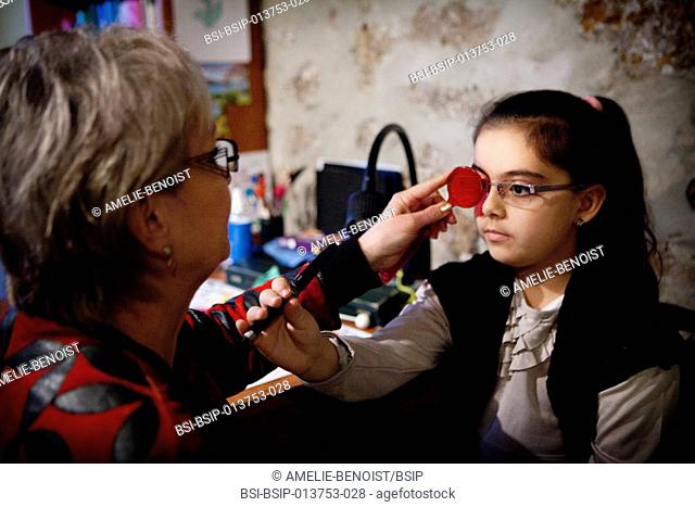 Reportage in an orthoptics practice. Maddox test