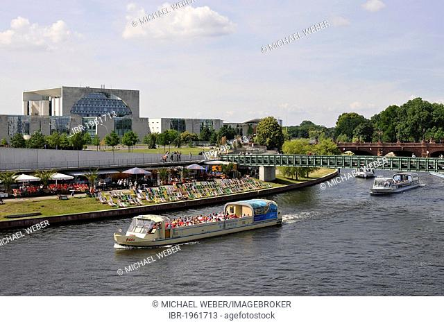 Shipping traffic, pleasure boats in front of the Strandbar Spreebogenpark beach bar and the Federal Chancellery, Spreebogen, Government District, Berlin