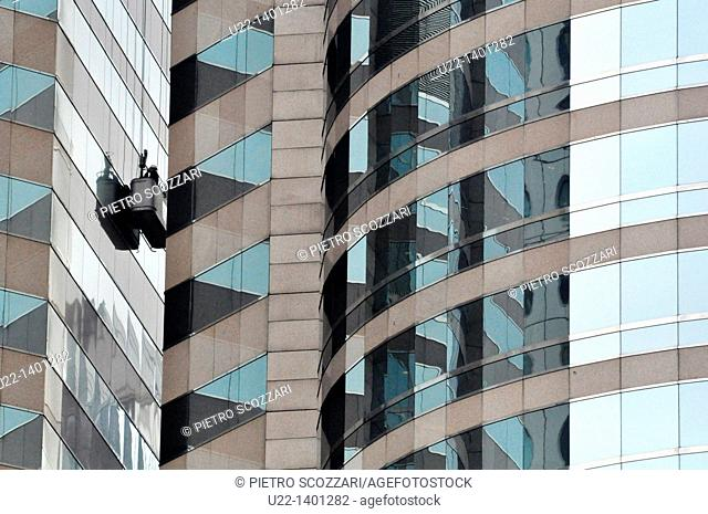Hong Kong: window cleaners at work on a skyscraper in Central