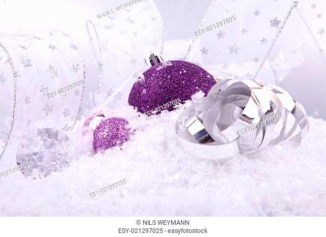 Weihnachtskugel in pink mit Silber und Geschenkband auf weißem