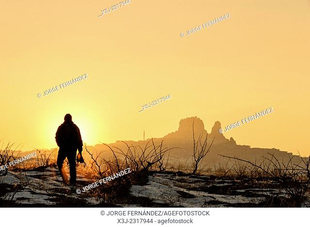 Silhouette of a man taking pictures of a landscape during sunset, Goreme, Capadocia, Turkia