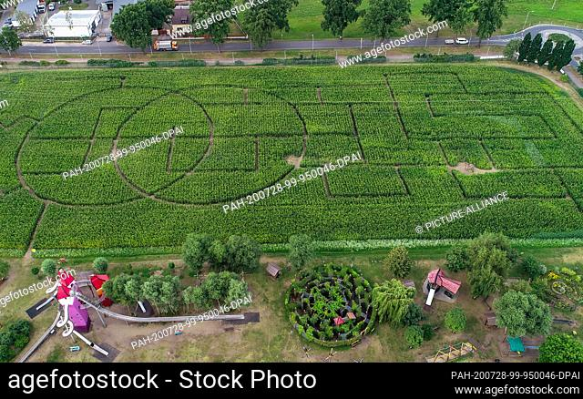 """28 July 2020, Brandenburg, Storkow: View over the corn maze and various playgrounds in the interactive park """"""""Irrlandia"""""""" (aerial view with a drone)"""