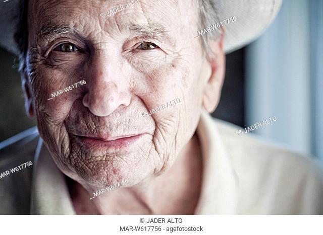 ritratto in primo piano di un uomo anziano