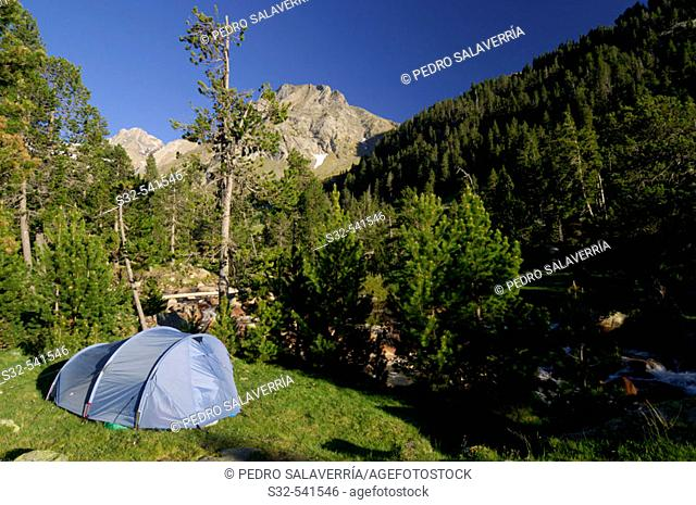 Tent. Tuqueta Blanca de Vallibierna (2790 m.). Vallibierna Valley. Benasque. Huesca province, Aragón. Spain