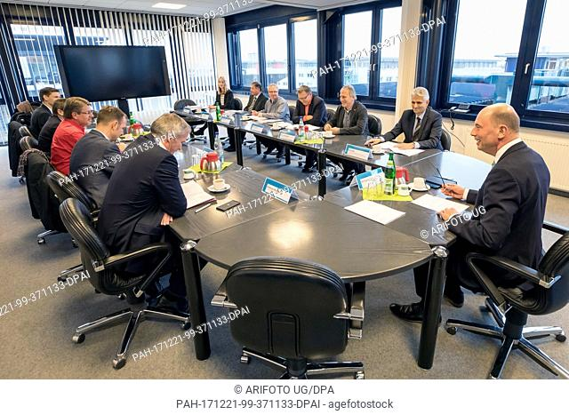 The 'Tast Force Siemens' of Thuringia with Minister of Economic Affairs Wolfgang Tiefensee (SPD, r) speaks about the future of the Siemens generator factory at...