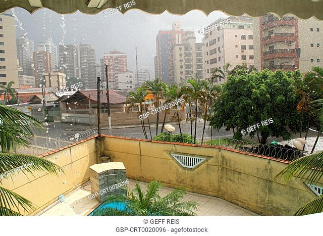 Sun with rain, swimming pool, 2017, Litoral Paulista, Praia Grande, São Paulo, Brazil