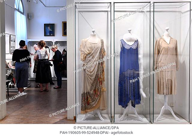 05 June 2019, Thuringia, Weimar: A ladies' dress (l-r) with an antique cut (around 1914-1920), an evening dress (around 1928) and a day dress (around 1926) can...