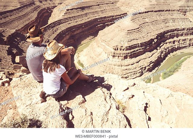USA, Utah, Sitting and looking down to Goosenecks and San Juan River from Viewpoint, Goosenecks State Park
