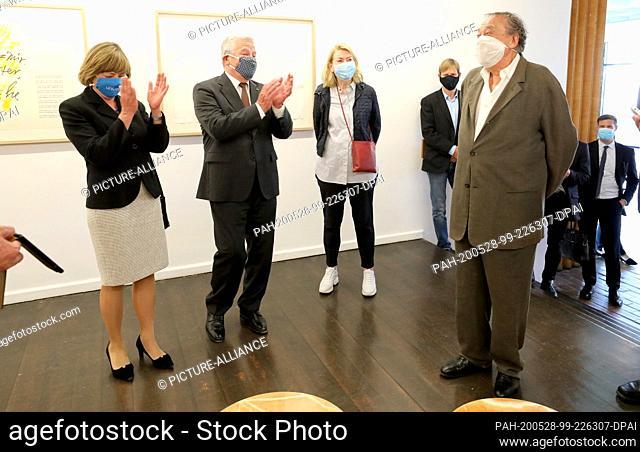 28 May 2020, Mecklenburg-Western Pomerania, Rostock: Daniela Schadt (l-r), wife, Joachim Gauck, former Federal President, Christine Uecker, wife