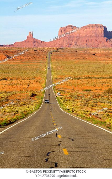 One of the most famous images of the Monument Valley is the long straight road (US 163)leading across flat desert towards sandstone buttes and pinnacles rock