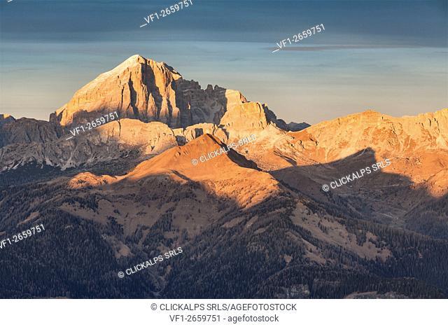 Europe, Italy, Veneto, Belluno. Tofane, Averau and Nuvolau at sunset, Dolomites