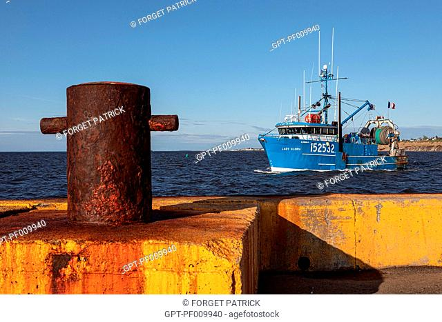 TRAWLER AT THE EXIT OF THE FISHING PORT, CARAQUET, NEW BRUNSWICK, CANADA, NORTH AMERICA