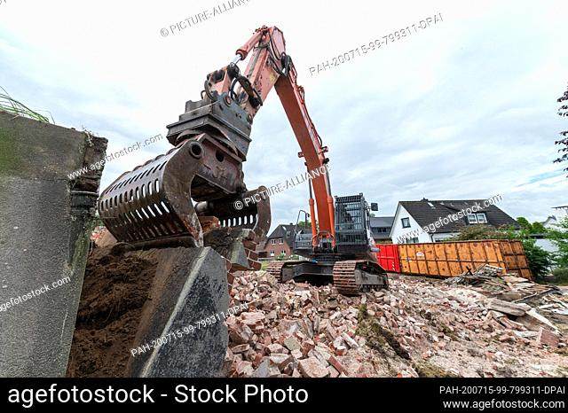 15 July 2020, Lower Saxony, Hoopte: An excavator is used to demolish the old barrage keeper's house near the Elbe. The demolition is related to the upcoming...