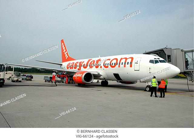 Refuelling and unloading of a passenger plane of the airline easyJet, which offers flights from the Konrad-Adenauer airport Cologne-Bonn since 09/06/04