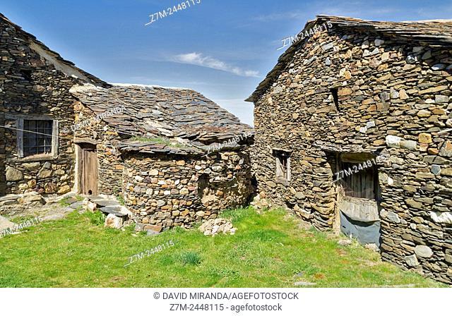 El Muyo. Pueblo negro de pizarra (Black slate village). Ruta de los pueblos rojos, negros y amarillos (route of the red, black and yellow villages)