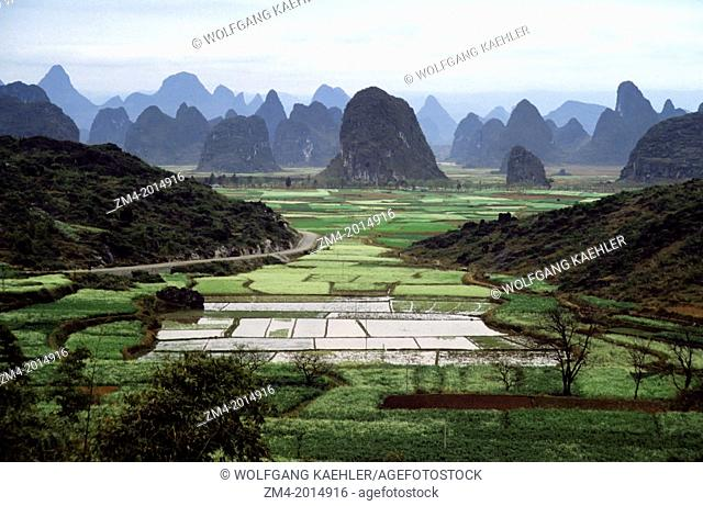 CHINA, GUILIN, VIEW OF LIME STONE MOUNTAINS WITH FIELDS NEAR THE LI RIVER