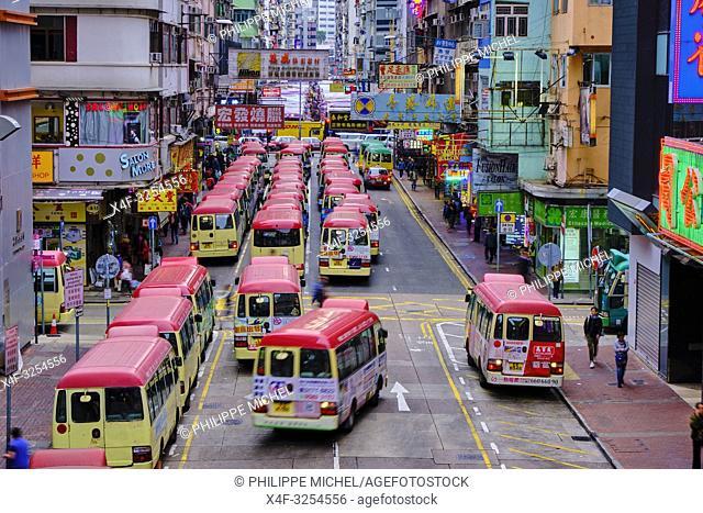 Chine, Hong Kong, Kowloon, station de bus à Mong Kok / China, Hong Kong, Kowloon, Waiting buses in Kowloon