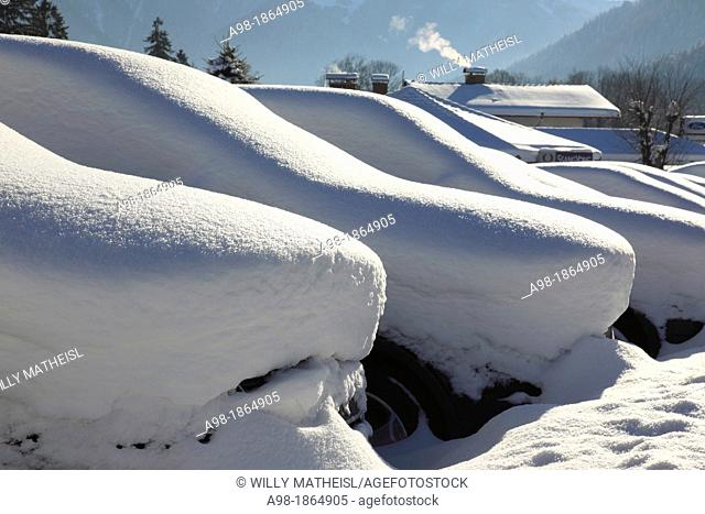 Parking SUV buried in snow, Bad Wiessee, Lake Tegernsee, Bavarian Alps, Upper Bavaria, Germany, Europe