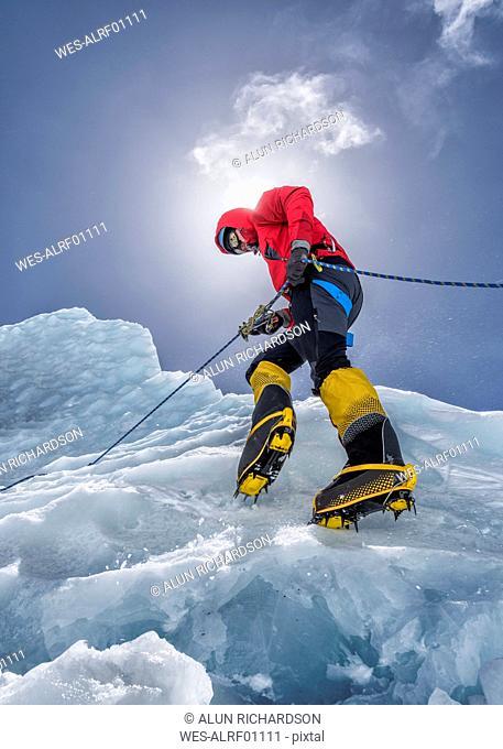 Nepal, Solo Khumbu, Everest, Mountaineers climbing on icefall
