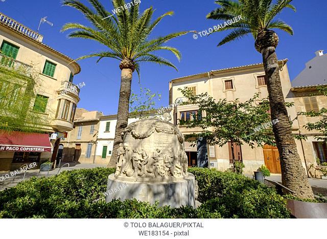 escultura en memoria del zapatero, piedra arenisca, Tomas Vila 1963, placeta del Sabater, llucmajor, Mallorca, balearic islands, spain, europe