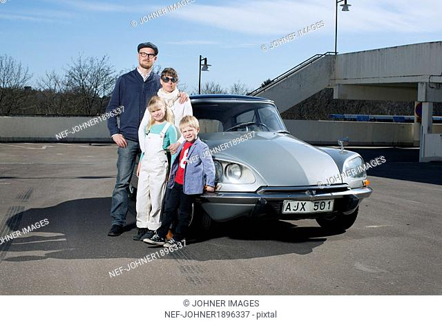Family in front of a Citroën DS