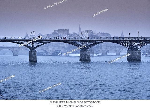 France, Paris, the Passerelle des Arts, Ile de la Cité and the cathedrale Notre Dame of Paris in winter