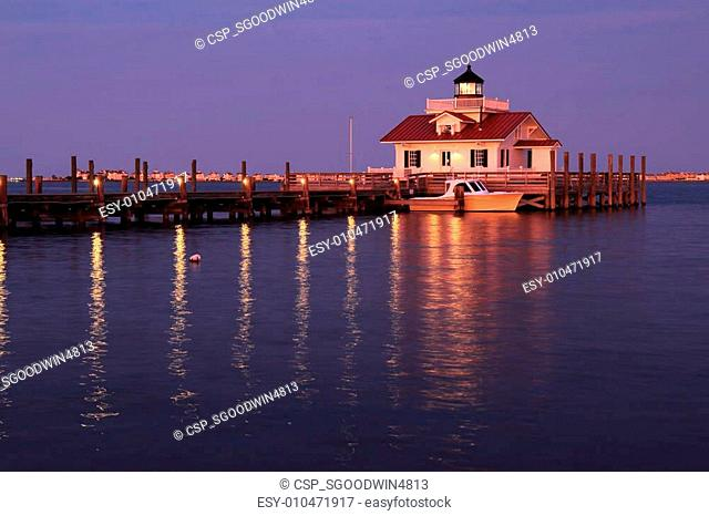 The Roanoke Marshes Lighthouse in Manteo, North Carolina, at dus
