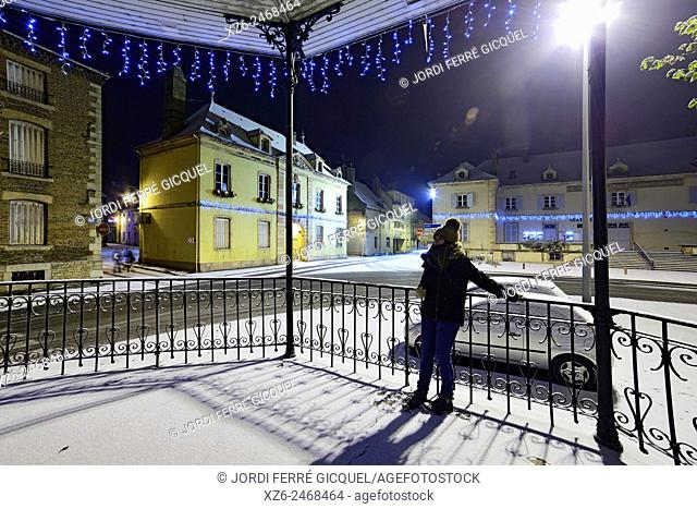 Girl at night in a bandstand at Christmas with snow, Louhans, Saône-et-Loire, Bourgogne, France, Europe