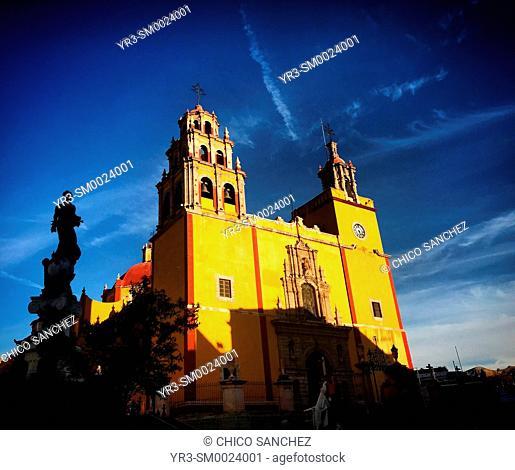 The Plaza de la Paz (Peace Square) with the Our Lady of Guanajuato basilica and a monument to peace in Guanajuato, Mexico
