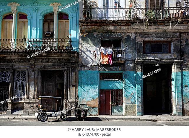 Street scenery, shabby frontages, historic centre, Havana, Cuba