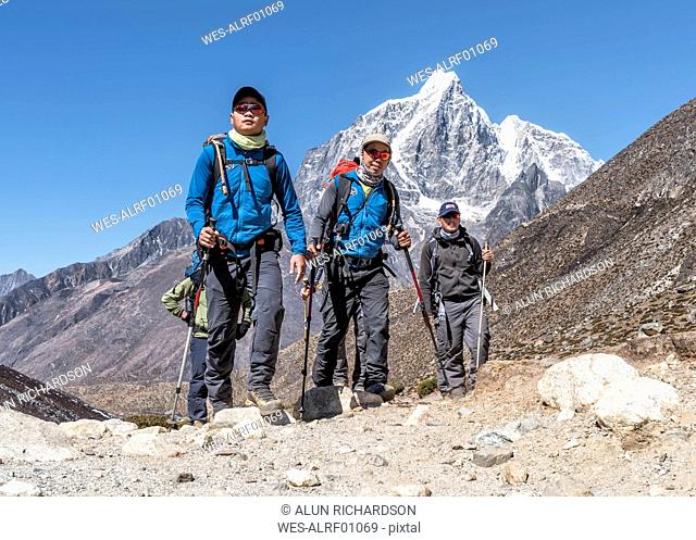 Nepal, Solo Khumbu, Everest, Sherpas guiding mountaineers near Dingboche