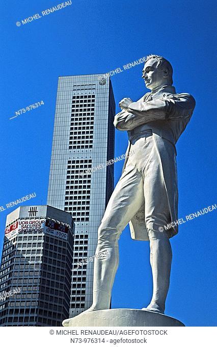 Singapour, Boat Quay, Business center, la statue de Raffles et les gratte-ciel en arrière-plan