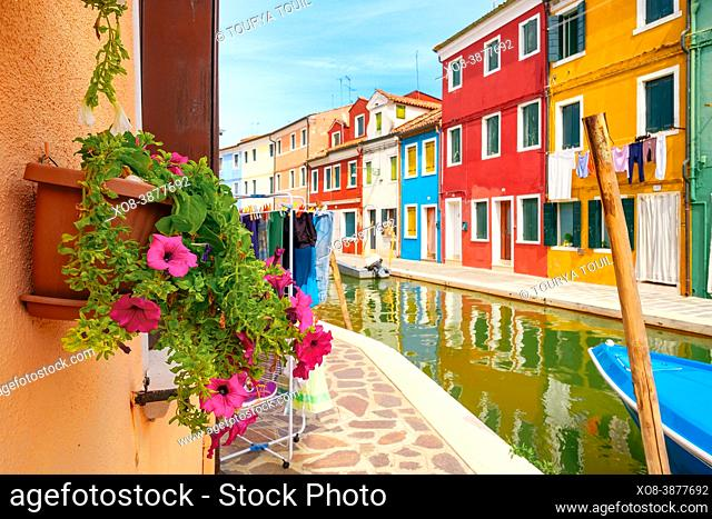 Casas y canales tradicionales pintados de colores brillantes en la isla italiana de Burano, cerca de Venecia