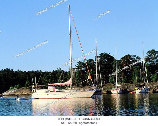 Ankrad segelbåt vid Stendörren