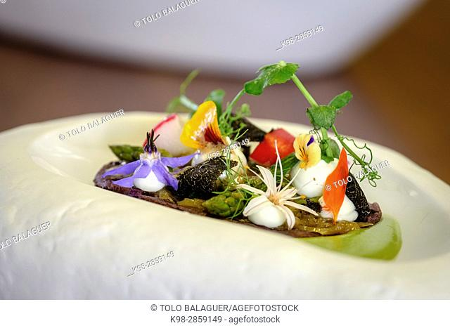 coca de maiz morado, con guisantes esparragos y queso, Restaurante y petit Hotel Daica, Llubí, Mallorca, balearic islands, spain